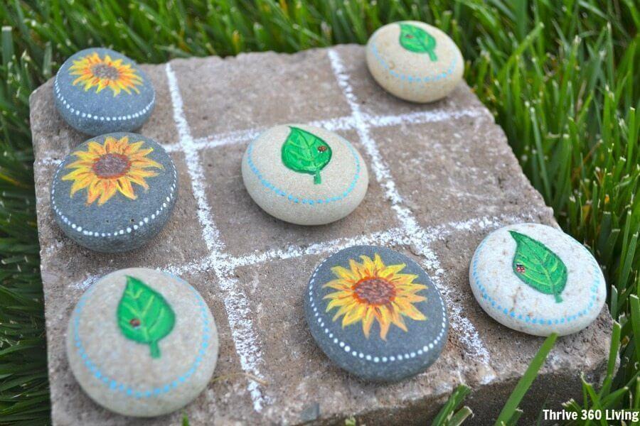 Utilisez des rochers décorés comme pièces de jeu pour les jeux