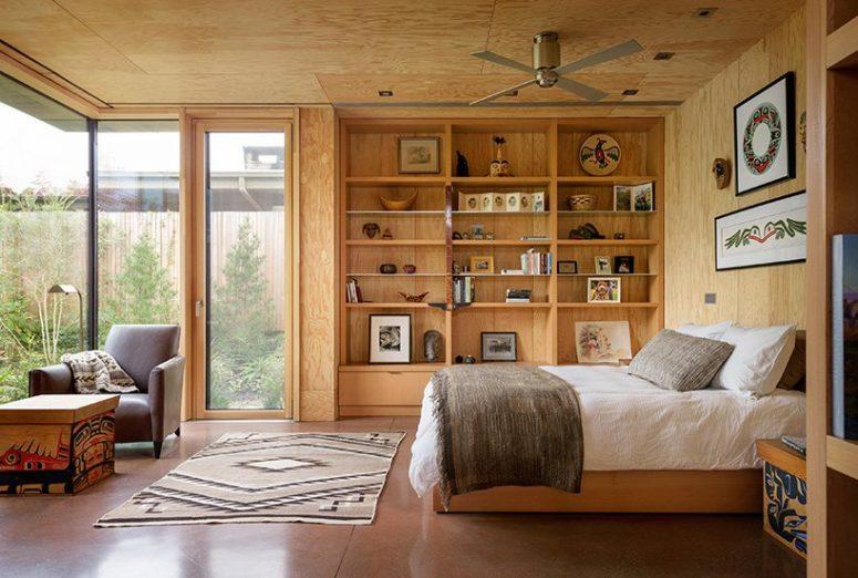La chambre a plusieurs murs vitrés et est entièrement faite de bois et de contreplaqué ainsi que de textiles bohèmes