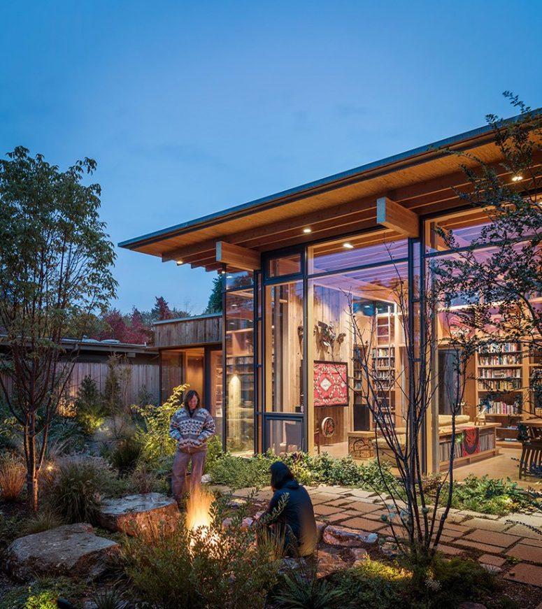 Il y a un patio confortable avec beaucoup de verdure et de lumière, et tous les espaces y sont connectés
