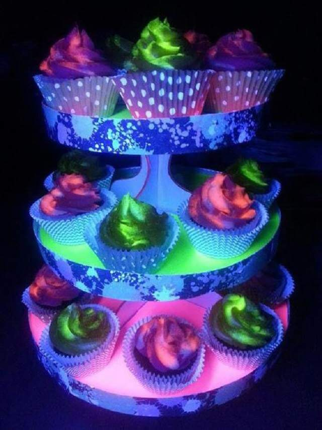 Cupcakes frais avec glaçage phosphorescent