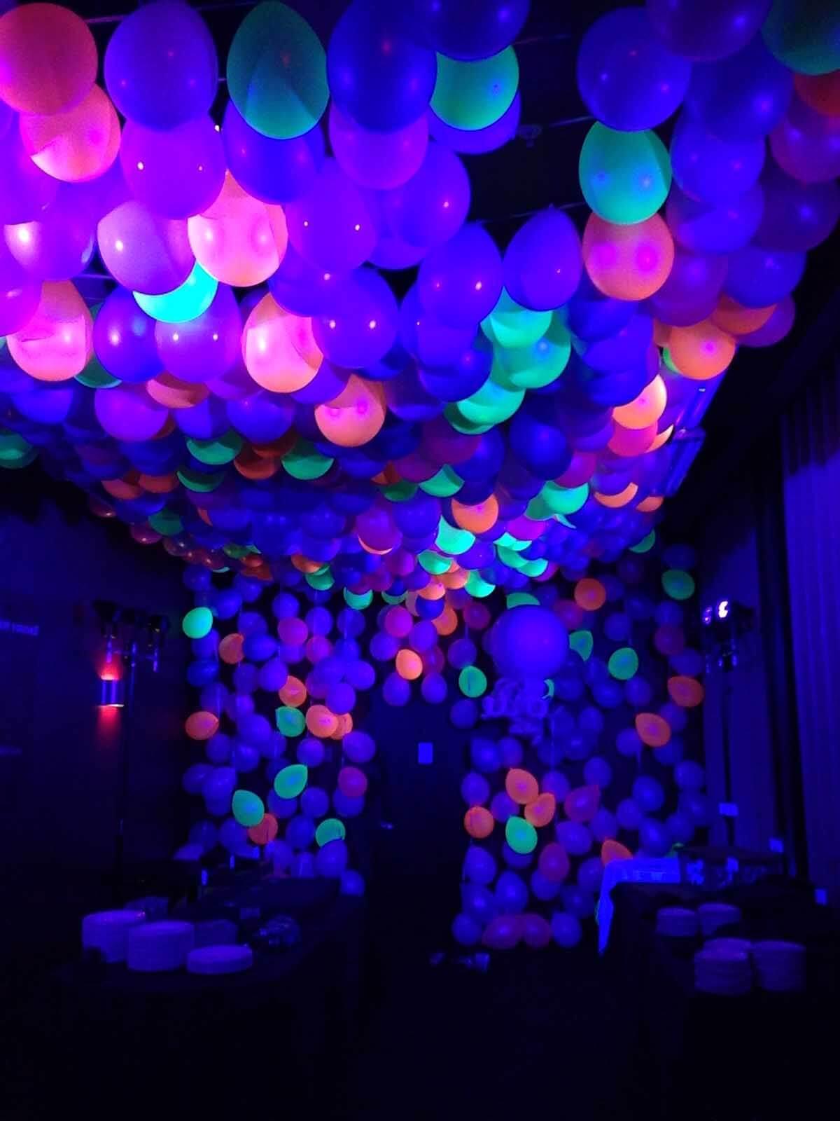 Les ballons qui brillent dans le noir créent une atmosphère de fête d'un autre monde