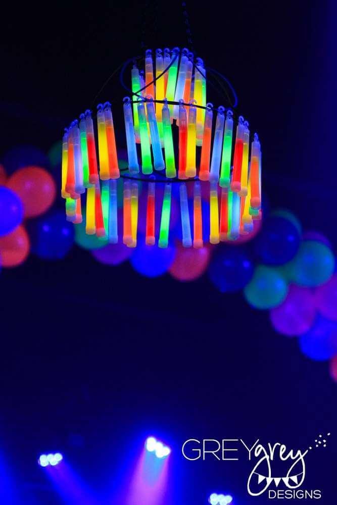 Créez un ou deux lustres Glow Stick pour un éclairage sérieusement trippant