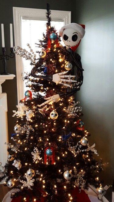 un arbre d'Halloween noir décoré de lumières, de crânes, de flocons de neige et de Jack Skellington l'embrassant pour les fans de Tim Burton