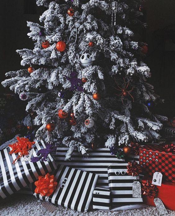 un magnifique sapin de Noël floqué avec des ornements et des lumières de globe oculaire, de citrouille et de Jack Skellington, ainsi que des cadeaux rayés en dessous