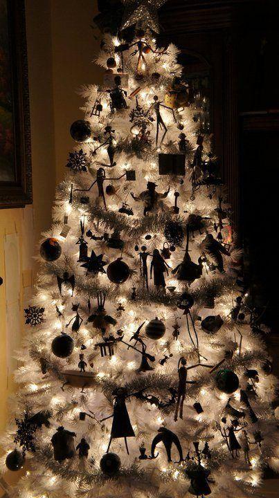 un sapin de Noël blanc illuminé avec des ornements et des guirlandes Nightmare Before Christmas est une belle idée