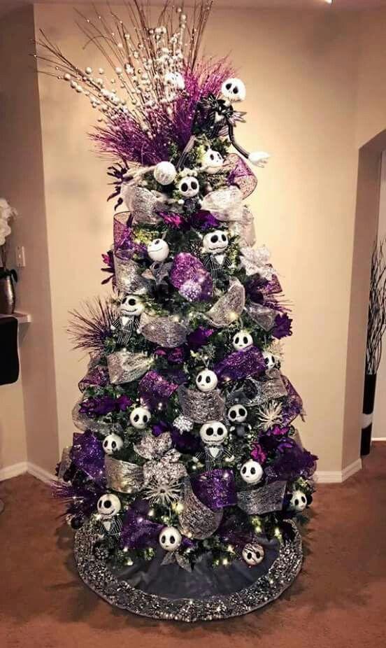 un arbre de Noël avec des rubans argentés et violets, des ornements Jack Skellington, des brindilles et des perles et des ornements brillants est une déclaration