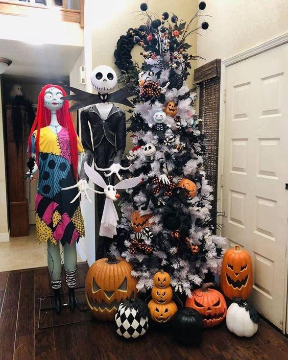 un sapin de Noël blanc décoré de citrouilles d'Halloween, de branches et de globes oculaires noirs, de chauves-souris et d'autres objets peut également convenir à Halloween