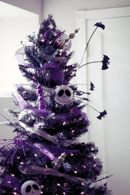 un sapin de Noël violet brillant avec des lumières, des chauves-souris, des perles et des ornements Skellington transparents est une solution audacieuse pour Noël