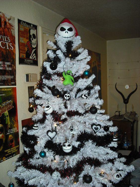 un sapin de Noël blanc avec des guirlandes noires, des ornements noirs et blancs, ceux de Jack Skellington et un topper Jack Skellinton