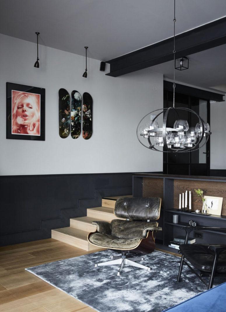 Le mobilier est élégant et moderne du milieu du siècle et les lampes rendent les espaces plus accrocheurs