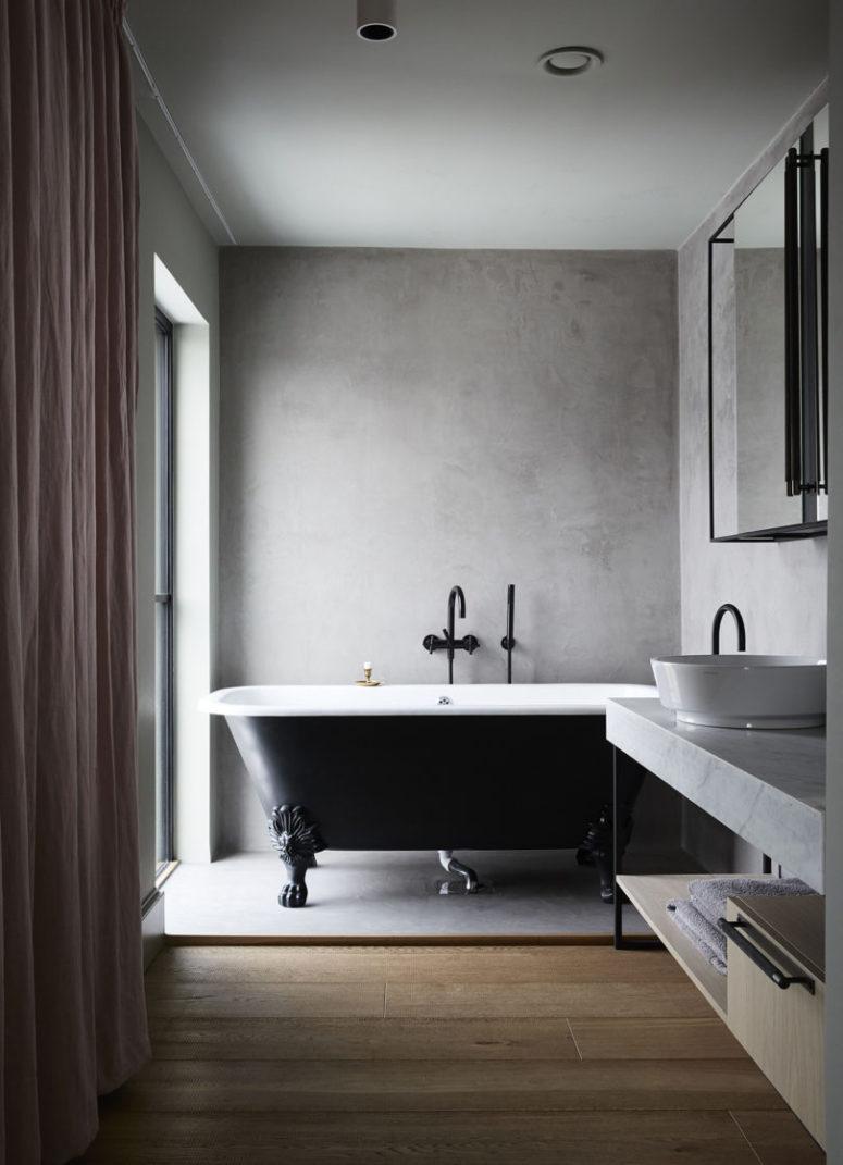 La vanité est en marbre et il y a une grande fenêtre pour profiter de la lumière et des vues