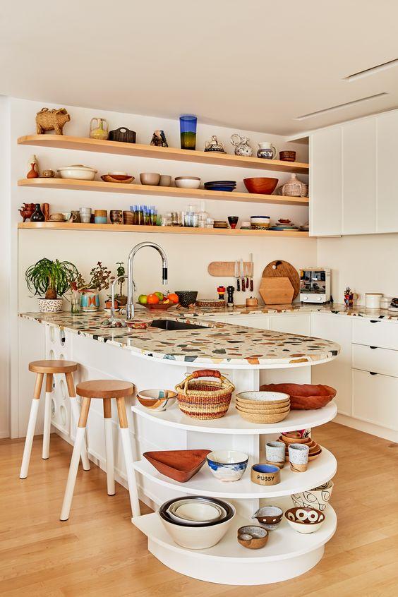une cuisine neutre avec un comptoir en terrazzo brillant qui ajoute de la couleur et un joli motif à l'espace