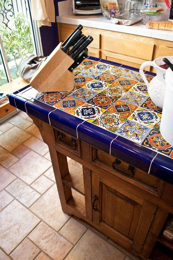 une cuisine en bois d'inspiration vintage avec un comptoir en carreaux lumineux qui la rend exceptionnelle et vraiment audacieuse et cool