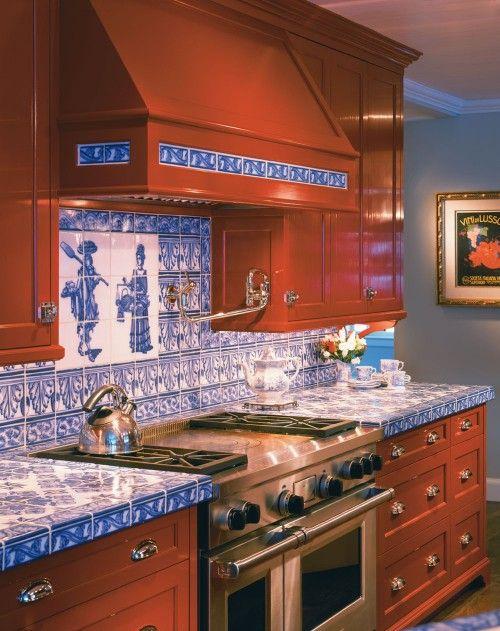 une cuisine en bois richement teintée rehaussée de comptoirs en carreaux bleus et d'un dosseret assorti pour la rendre audacieuse