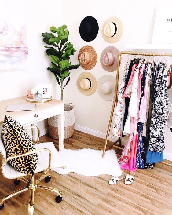 un bureau bohème audacieux avec un placard de fortune, des chapeaux au mur, un bureau vintage, une chaise glamour et une plante tendance