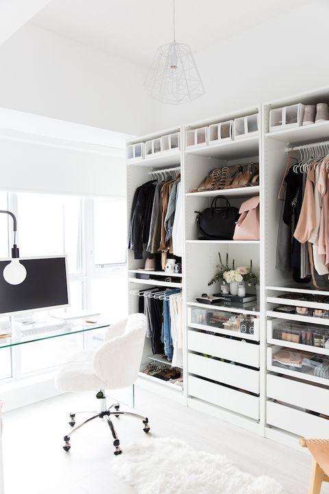 un cloffice contemporain chic avec un placard blanc en amekshift, des tiroirs, des étagères ouvertes, un bureau en verre transparent, une chaise blanche et une lampe éthérée