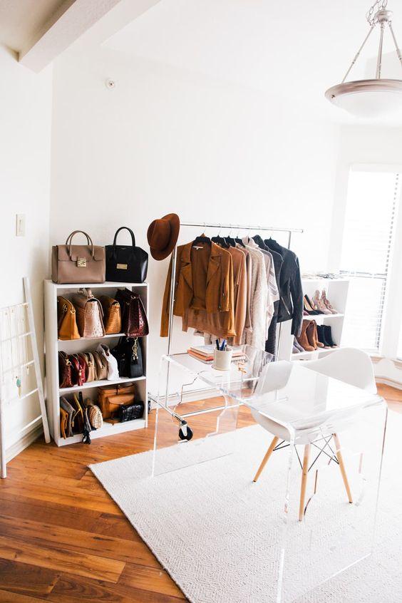un bureau neutre contemporain avec un petit placard de fortune, une suspension vintage, un bureau en acrylique et une chaise blanche