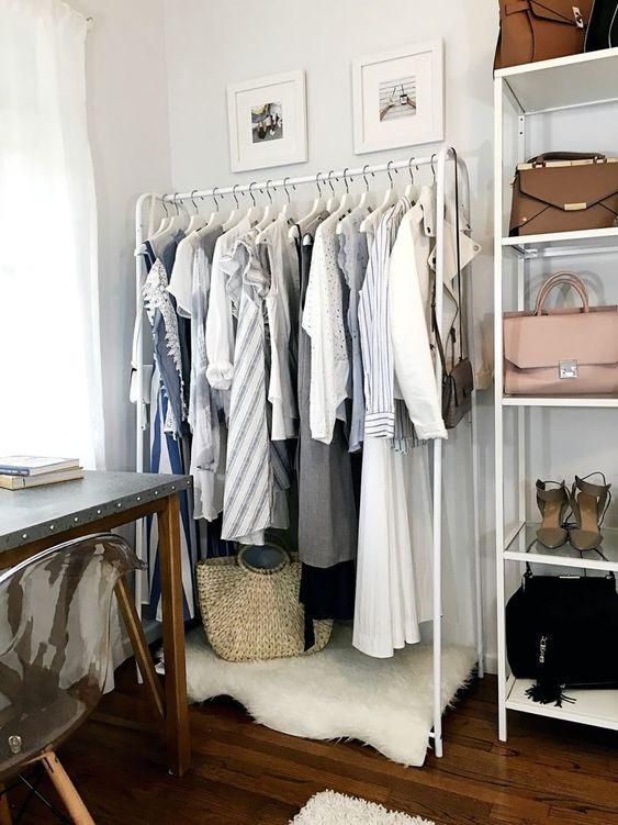 un petit bureau confortable, avec un bureau en métal, un placard de fortune blanc, une fausse fourrure blanche, une chaise en acrylique