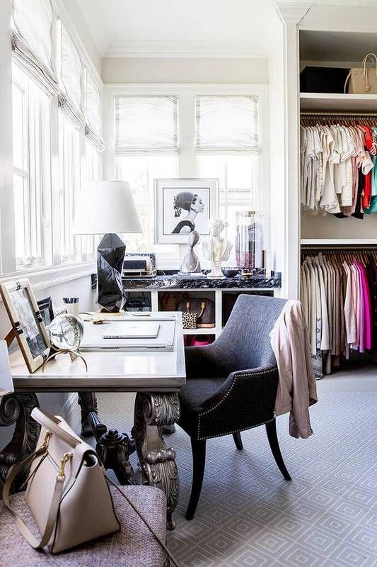 un bureau moderne et original avec un bureau d'inspiration vintage, des chaises et des poufs confortables, des œuvres d'art et un grand placard de fortune