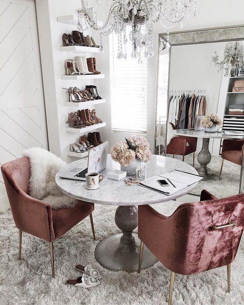 un cloffice super glam avec un miroir surdimensionné, un lustre en cristal, des chaises en velours rose poudré, une table vintage et des étagères ouvertes pour les chaussures