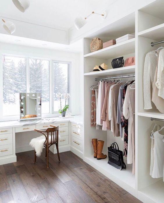 un bureau éthéré avec un grand placard blanc ouvert et un bureau intégré ou une coiffeuse plus une vue magnifique