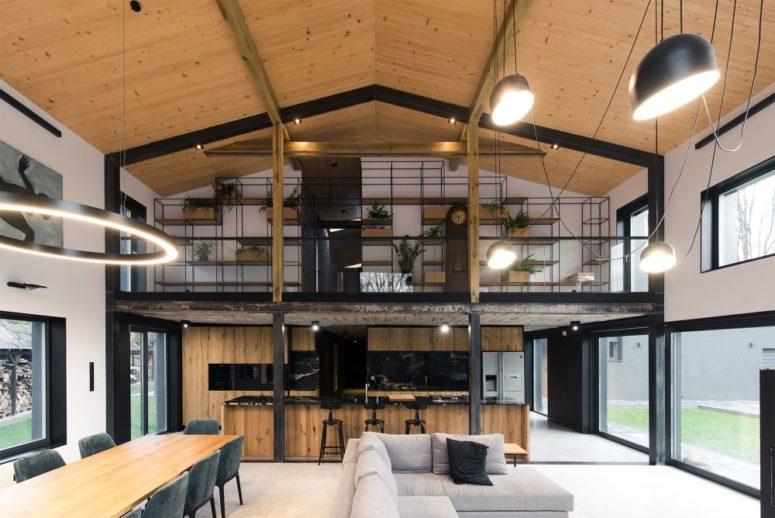 Les intérieurs sont minimalistes et industriels, avec des touches contrastées et une utilisation cool des matériaux