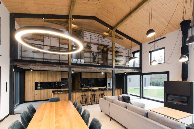 Vous pouvez également voir des lampes rondes accrocheuses et une grande étagère au deuxième niveau