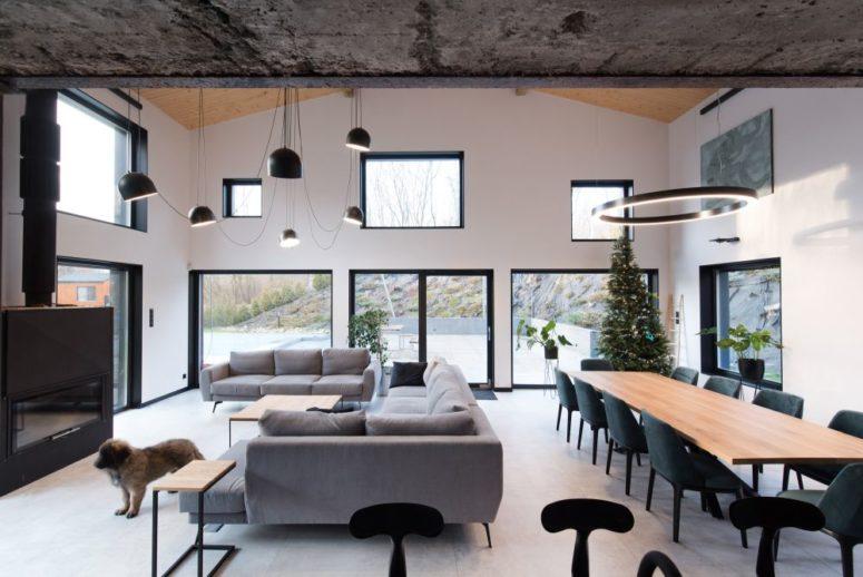 Il y a beaucoup de fenêtres et de parties vitrées pour apporter beaucoup de lumière, et l'espace principal est un aménagement ouvert