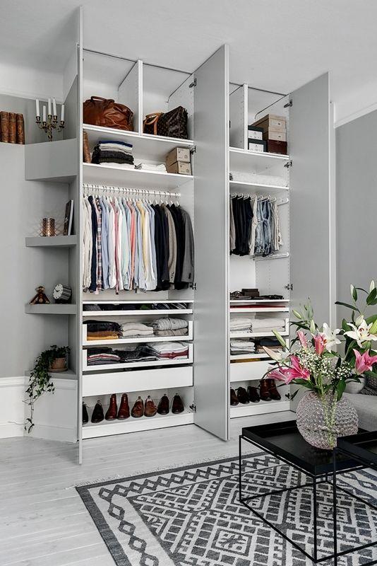 un petit placard intégré élégant avec des étagères de haut en bas et des supports pour cintres est une idée parfaite