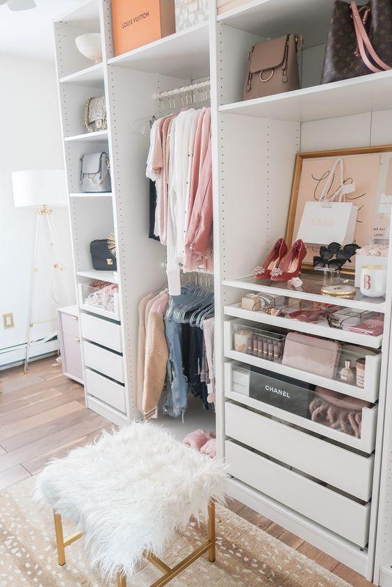 un petit placard glamour avec des supports et des cintres, des tiroirs intégrés, des étagères ouvertes, des œuvres d'art, un tabouret en fausse fourrure et un tapis imprimé