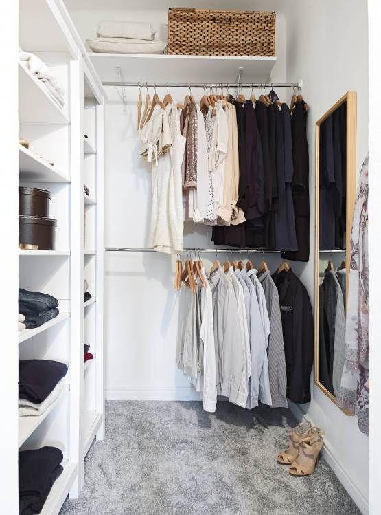 un petit placard contemporain avec des supports pour cintres, des étagères ouvertes pour divers objets, un panier et un grand miroir
