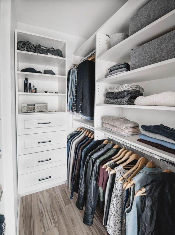 un petit placard nordique avec des étagères ouvertes, des supports pour cintres et des tiroirs intégrés est une bonne idée