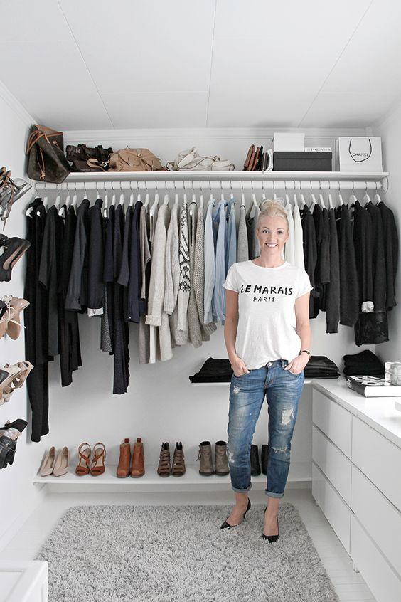 un petit placard scandinave avec des supports ouverts pour les cintres, des étagères, des étagères à chaussures au mur et des commodes IKEA