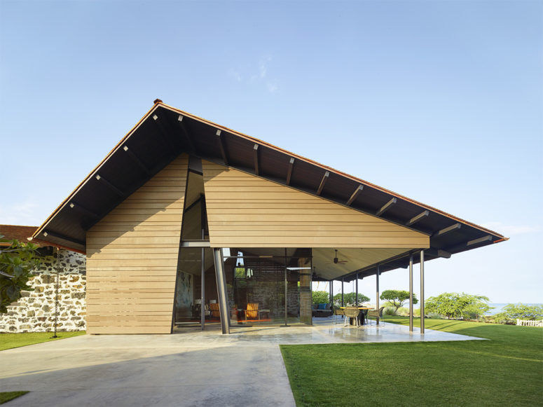 La maison est construite dans un style moderne et est pour la vie intérieure-extérieure