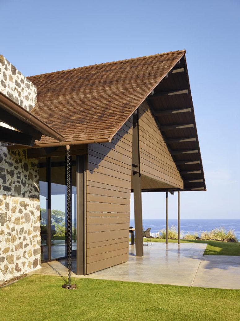 Les espaces intérieurs et extérieurs donnent sur la mer, et les propriétaires peuvent profiter de ces vues incroyables à tout moment