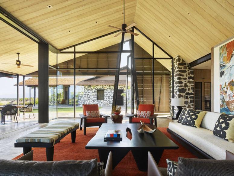 Le salon est audacieux, avec des meubles éclectiques, des couleurs vives et des imprimés