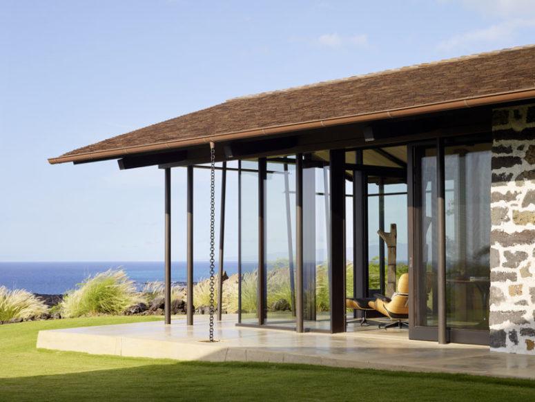 Les portes coulissantes en verre permettent d'ouvrir la maison à l'extérieur à tout moment