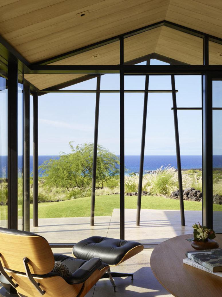 Ce coin est destiné à profiter de la vue sur la mer, la chaise longue confortable semble être créée pour cela