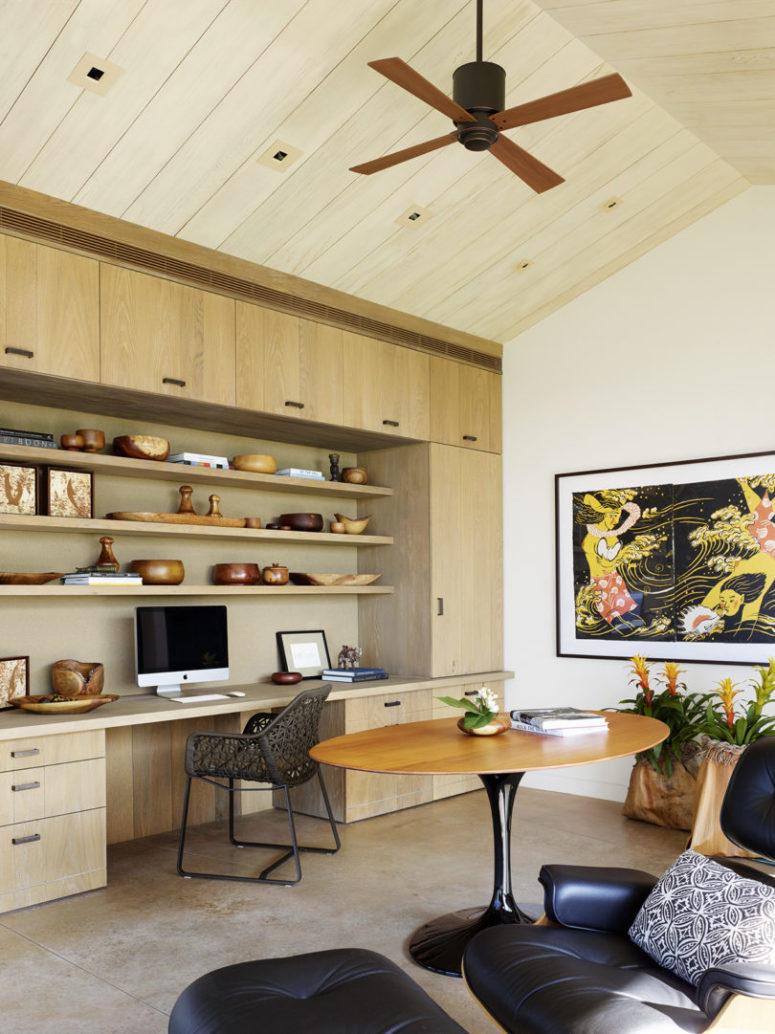Le bureau à domicile comprend un bureau et des étagères intégrés, ainsi que de l'art et des accessoires en bois cool