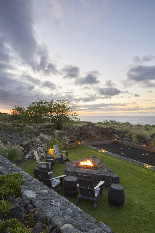 Une petite terrasse avec quelques chaises et un foyer offre une vue imprenable