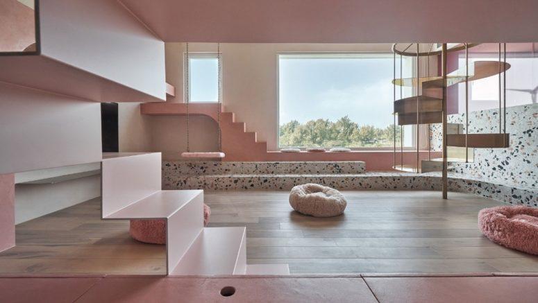 La maison est faite dans un style contemporain et présente du rose millénaire et beaucoup de terrazzo pour une touche amusante