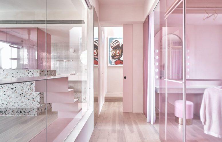 Certains espaces ne sont divisés que par des cloisons en verre rose pour les relier et apporter plus de lumière ici