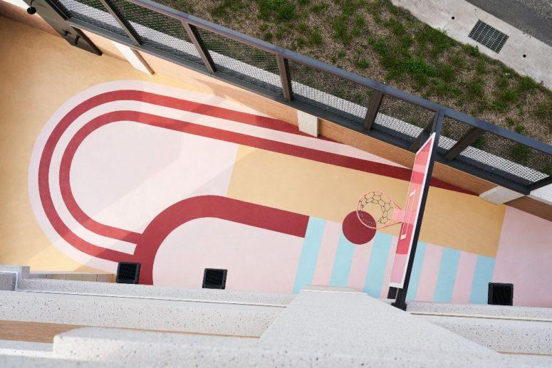 Il y a une terrasse lumineuse conçue pour jouer au basket, ce qui est super cool