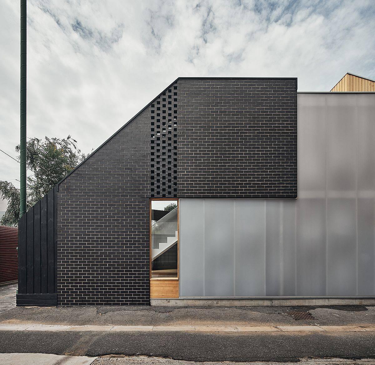 Belle-utilisation-de-panneaux-de-polycarbonate-apporte-intimité-et-lumière-filtrée-à-cette-maison-de-Melbourne-74625