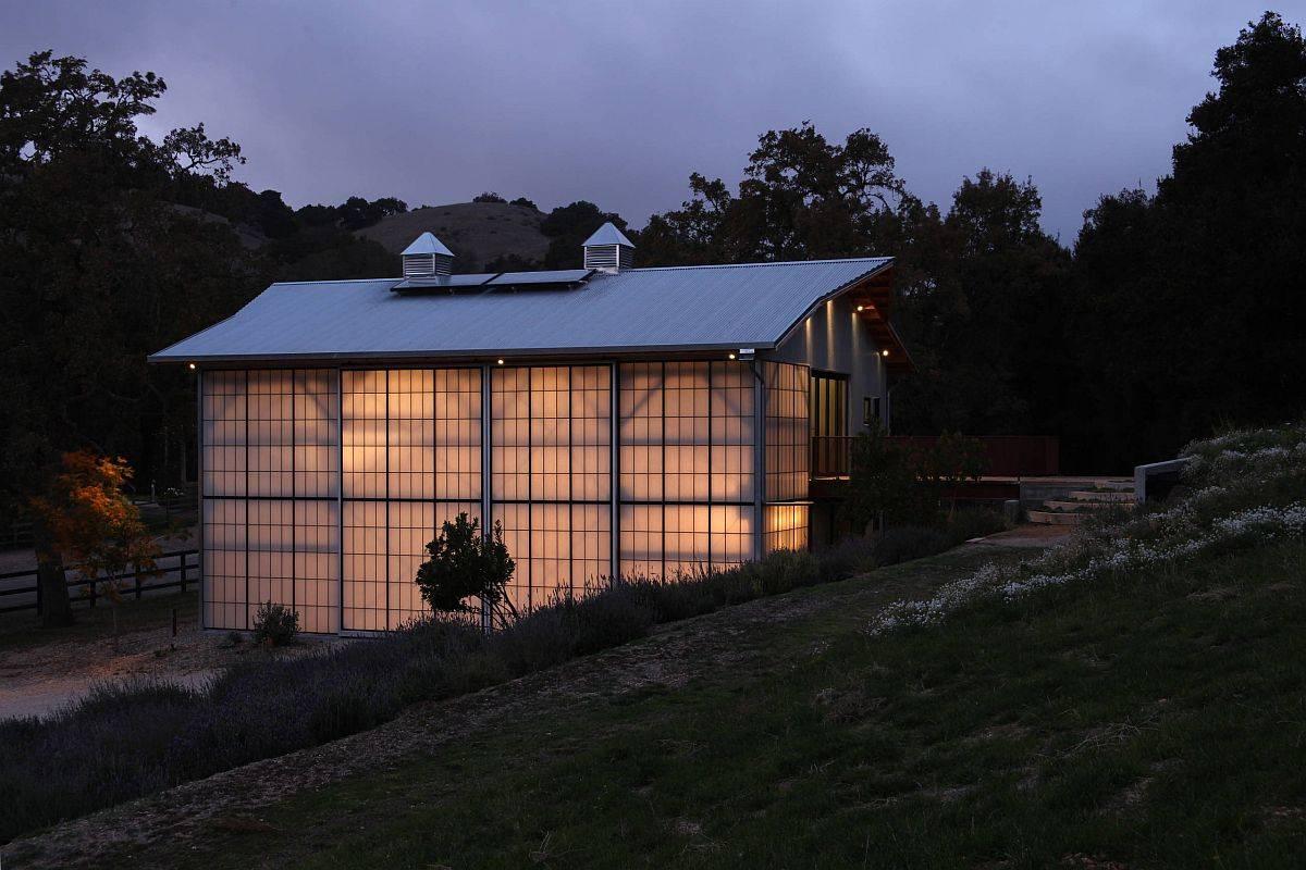 Maison-style-grange-avec-panneaux-de-polycarbonate-tout-autour-de-la-lumiere-naturelle-77230