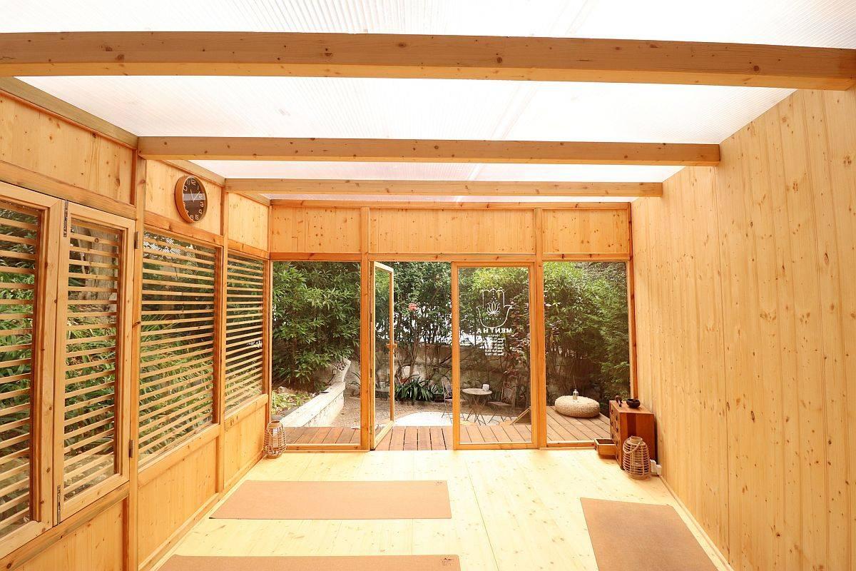 Ravissants-panneaux-alvéolaires-en-polycarbonate-constituent-le-plafond-de-cette-petite-cabine-en-bois-61381