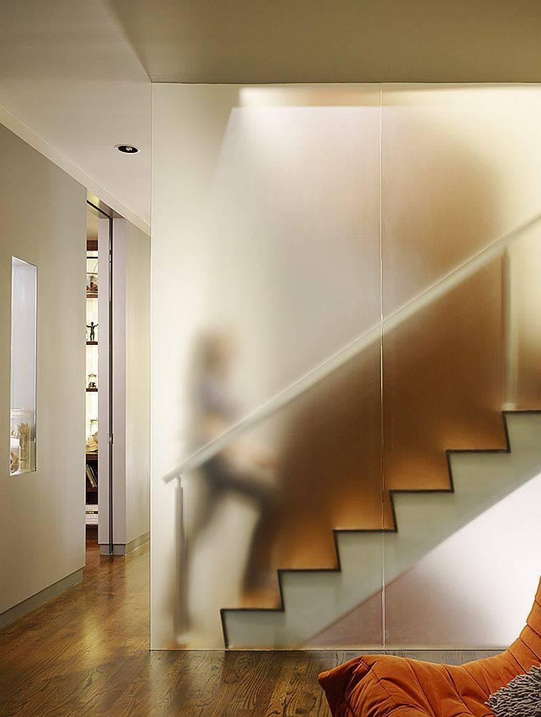 Mur-interieur-en-polycarbonate-agit-comme-garde-corps-pour-l'escalier-49830