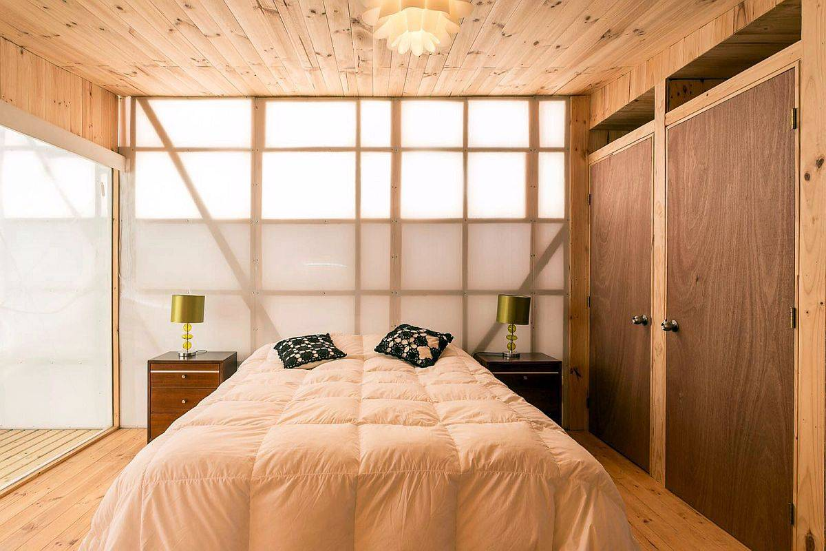 Petite-cabine-conception-avec-des-techniques-économiques-utilise-des-panneaux-de-polycarbonate-pour-apporter-la-lumière-filtrée-89110