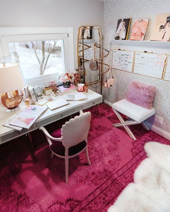 un bureau à domicile glam audacieux avec un oreiller lavande, un tapis rose vif, quelques accessoires et touches roses