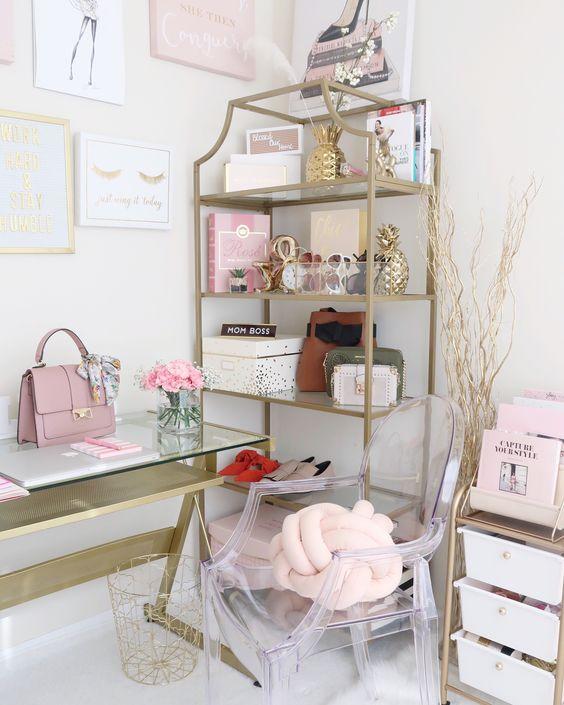 un bureau à domicile chic avec des livres et des accessoires roses, avec un coussin et un sac à nœuds roses et des touches d'or